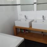 Wastafel met houten meubel